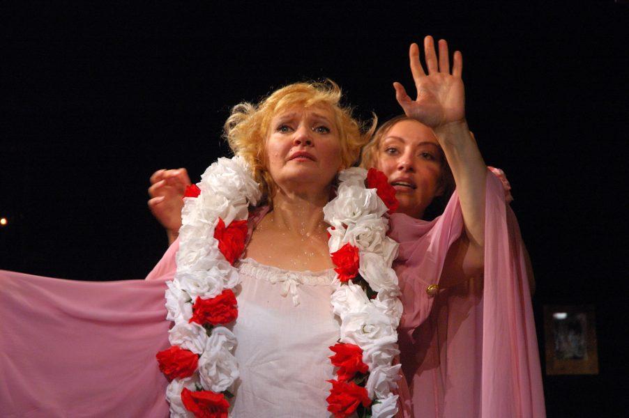 Сцена из спектакля «Татуированная роза». театр «Комедианты»