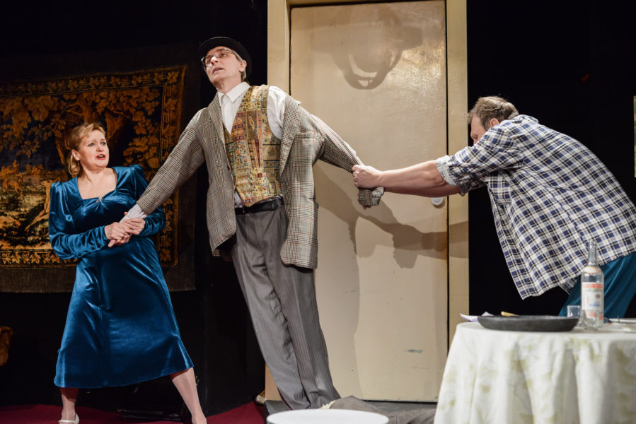 Сцена из спектакля театра «Комедианты» «На чистую воду или Самая счастливая семья»